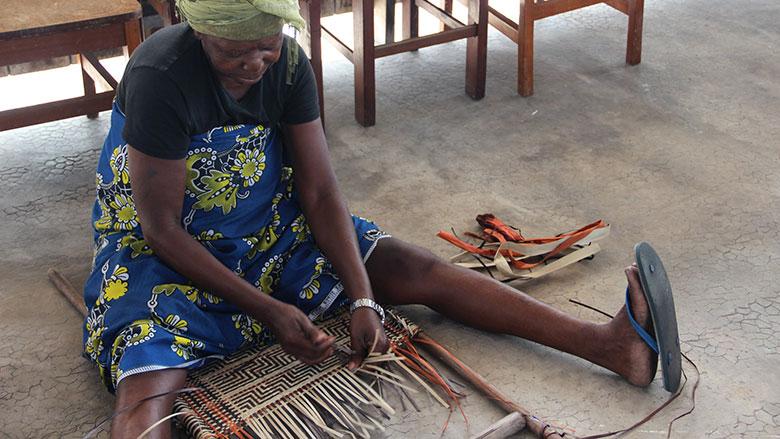 L'artisanat local fournit des revenus aux populations riveraines de ces aires protégées, et particulièrement aux femmes. Photo: Odilia Hebga/Banque mondiale
