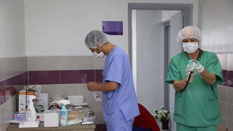 Les travailleurs de la santé désinfectent l'équipement dans un hôpital au Maroc.